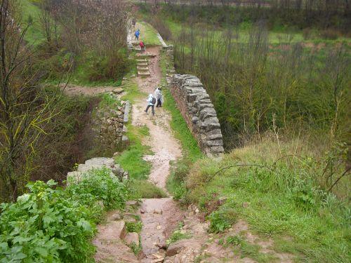 Antiguo puente romano en el camino por Navarra