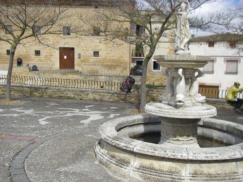 Fuente en la plaza de la Iglesia de Villatuerta