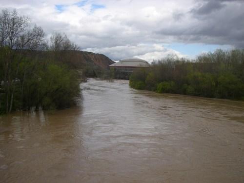 Ríó Ebro. Logroño. El caudal salía de su cauce por la inmensa lluvia