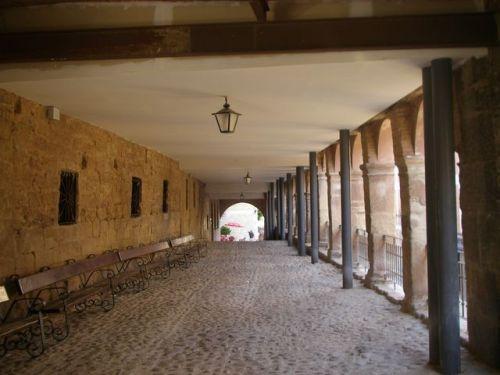 Navrrete.Navrrete. En estos porches, al fondo, está situado el Albergue de Peregrinos de Navarrete. Me atendieron muy bie