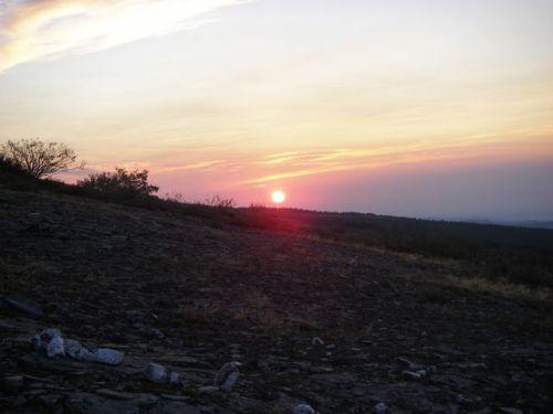 Salida del Sol al amanecer yendo a Foncebadón