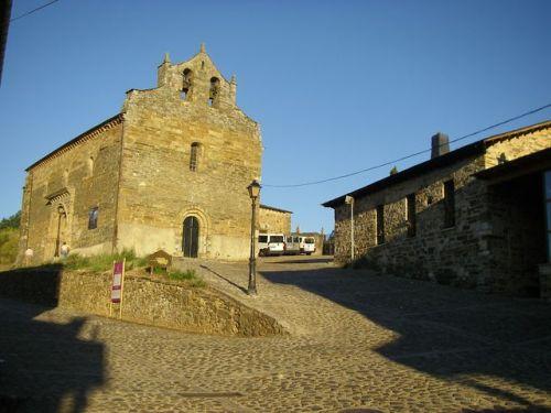 Iglesia de Santiago. Al lado derecho se encuentra el Albergue de Jato.