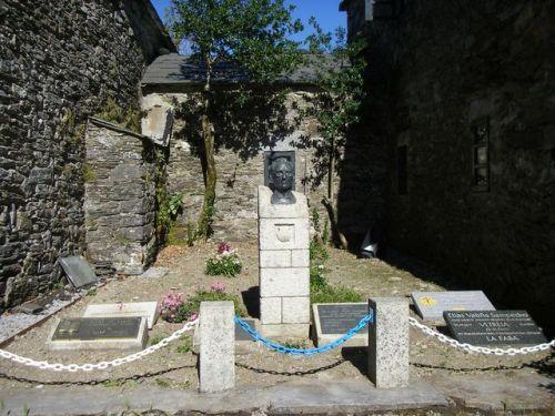 O Cebreiro.  Monumento a Elías Vallina, el impulsor del renacimiento del Camino.