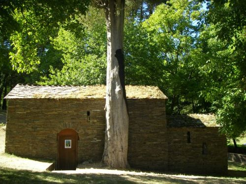 Samos. Capilla de un Monasterio Mozárabe y árbol centenario.