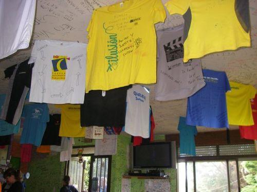 Camisetas colgadas en un bar del Camino
