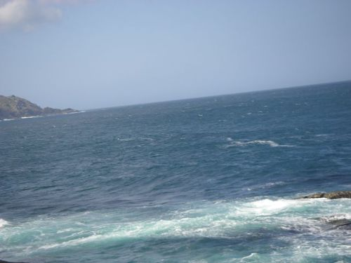 El fuerte viento elevaba las olas.