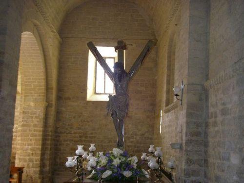 Carrióin de los Condes.. Cruz y Crucifijo con forma Y. El Crucifijo es orginal. La Cruz antes era de forma Látina, T, en lugar de la actual en forma de Y. Pero guarda más relación ésta con la forma del Crucifijo.