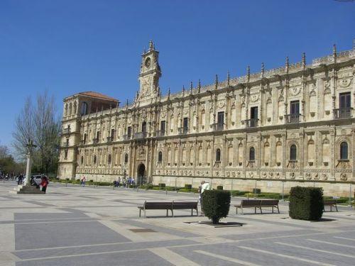 Mansilla de las Mulas a León. Plaza de San Marcos. León